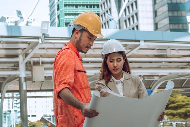Twee ingenieurs bijeen op bouwplaats. collega's bespreken. baas en werknemer maken ruzie. gesprek in team.