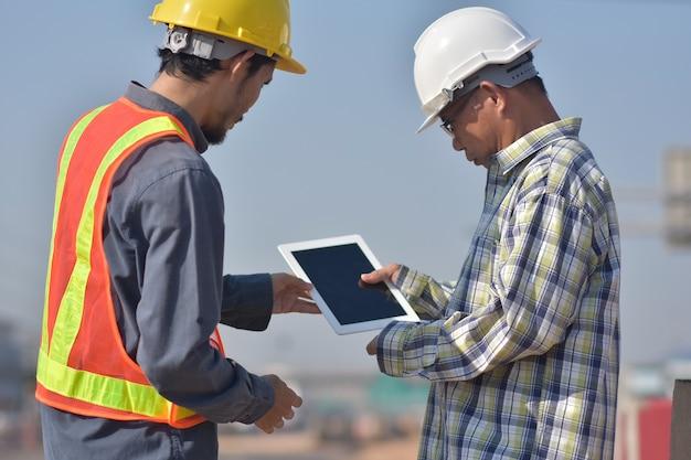 Twee ingenieurs praten buiten