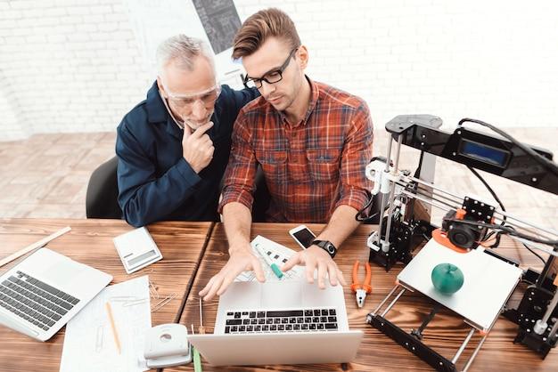 Twee ingenieurs zijn bezig met het ontwerpen van modellen voor een 3d-printer