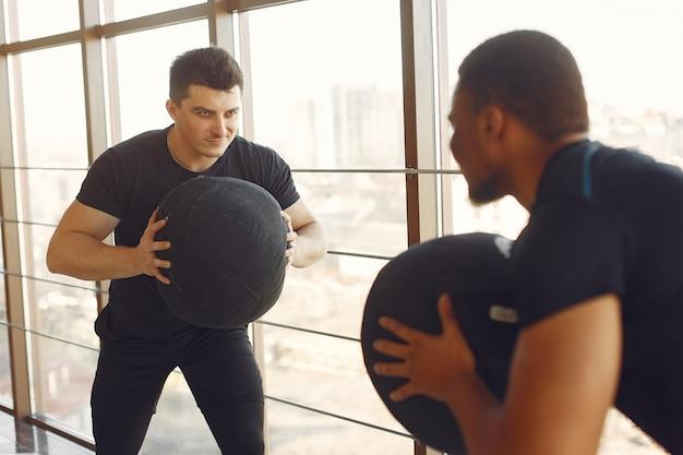 Twee internationals vrienden houdt zich bezig met een sportschool