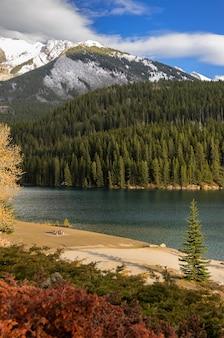 Twee jack lake bij het nationale park van banff in alberta, canada