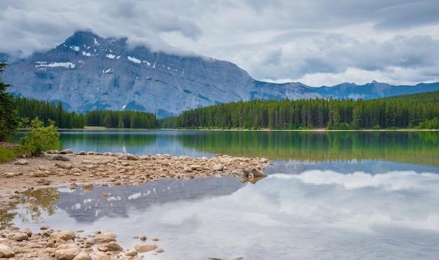 Twee jack lake in het nationale park van banff, canada in bewolkte dag