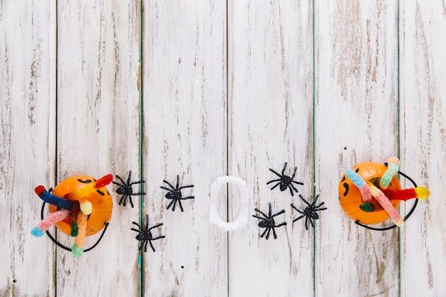Twee jack-o-lantaarnmanden en spinnen