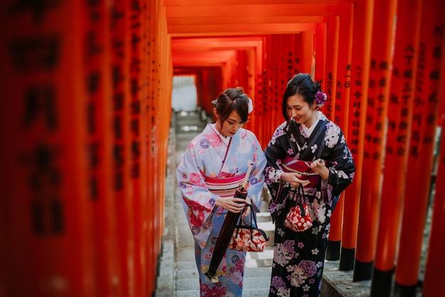Twee japanse meisjes die kimono's traditionele kleding, levensstijlmomenten dragen