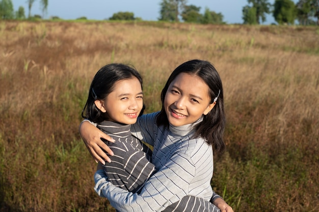 Twee jong meisje met blauwe lucht gelukkig jong meisje
