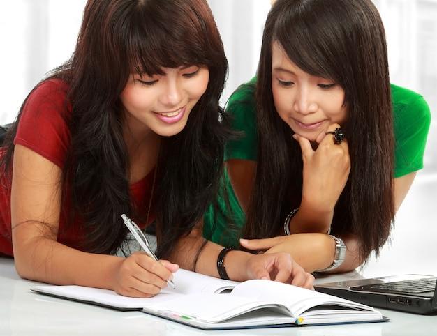 Twee jonge aziatische student studeren