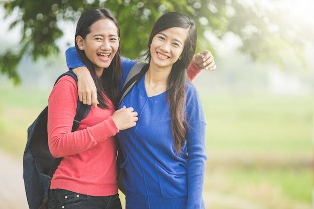 Twee jonge aziatische studenten lachen en grappen samen
