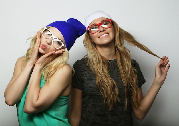 Twee jonge beste vrienden van hipstermeisjes