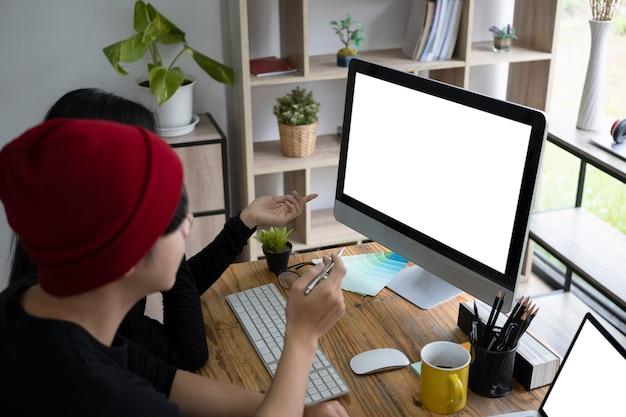 Twee jonge creatieve mensen werken samen aan een project op kantoor.