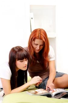 Twee jonge en mooie meisjes in de kamer