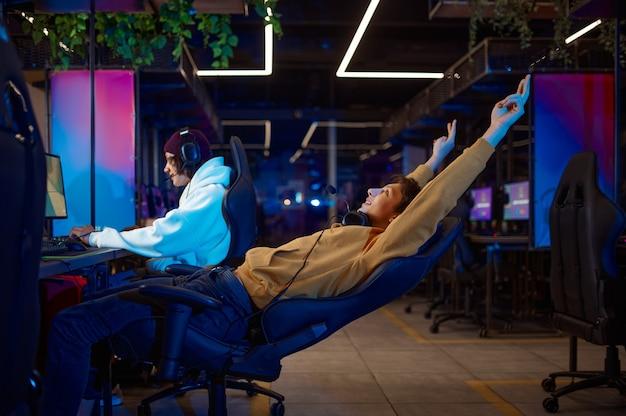 Twee jonge gamers die plezier hebben in de gameclub