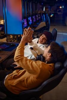 Twee jonge gamers die plezier hebben in de videogameclub