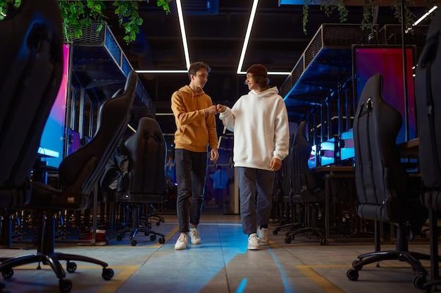 Twee jonge gamers praten in gameclub