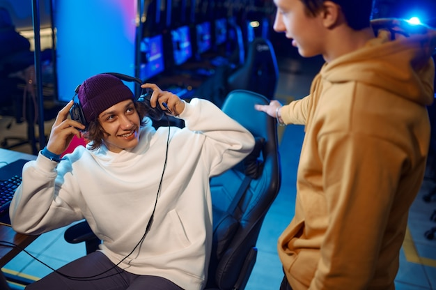 Twee jonge gamers praten op de monitor in gamingclub