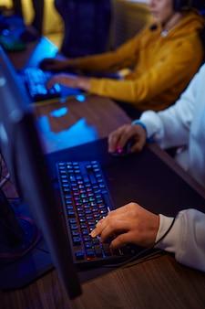 Twee jonge gamers spelen in een videogameclub