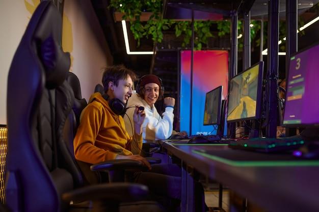 Twee jonge gamers spelen in gameclub