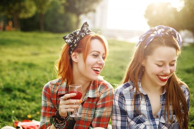 Twee jonge gelukkige meisjes in pin-upstijl