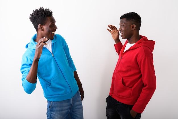 Twee jonge gelukkige vrienden die high five geven