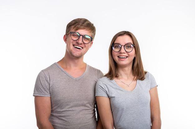 Twee jonge grappige student met doordachte gezichten