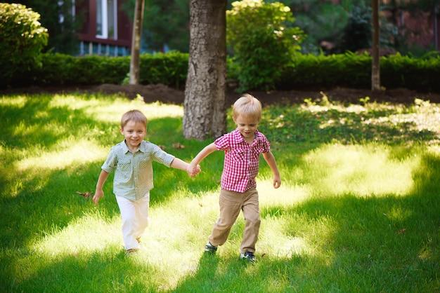 Twee jonge jongens lopen en ontspannen in het park.