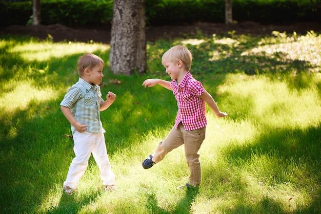 Twee jonge jongens wandelen en ontspannen in het park.