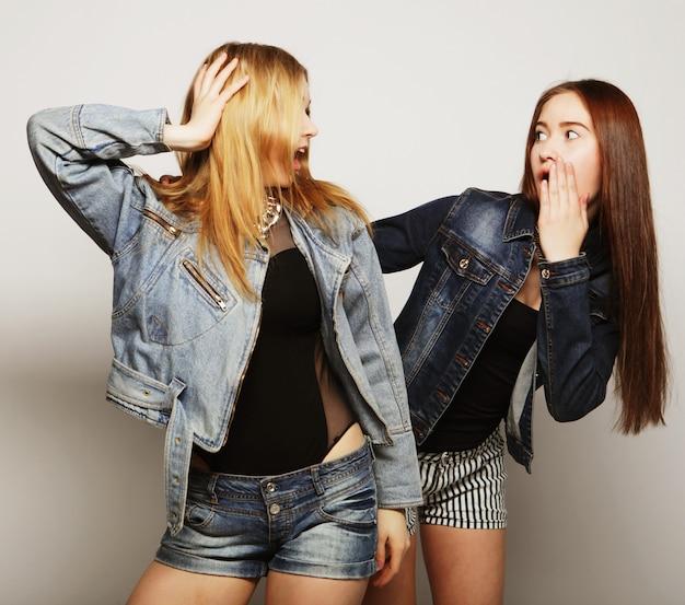 Twee jonge meisjes hipster vrienden die zich verenigen