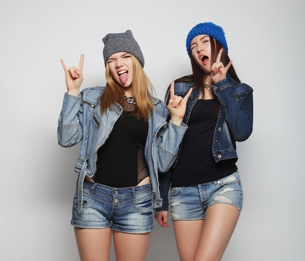 Twee jonge meisjes hipster vrienden permanent samen