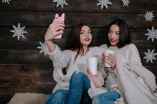 Twee jonge meisjes maken salfie