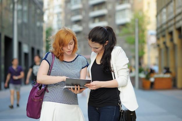 Twee jonge meisjes samen in een stad