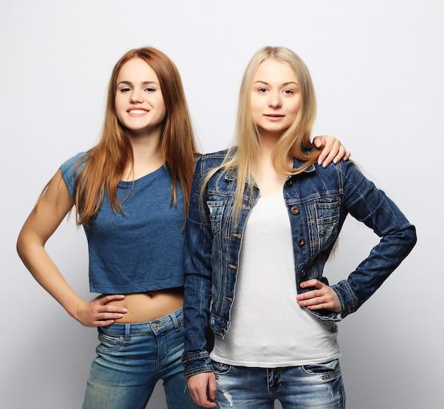 Twee jonge meisjesvrienden die zich en pret verenigen hebben.