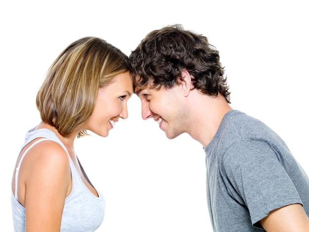 Twee jonge mensen dating geïsoleerd op wit
