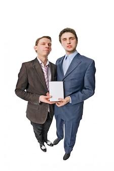 Twee jonge mensen die dvd's aanbieden voor verkoop