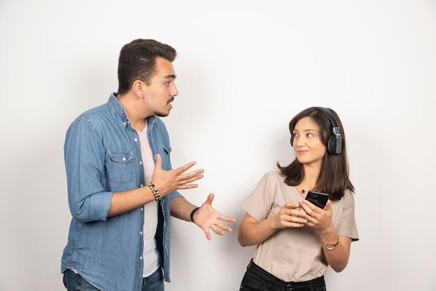 Twee jonge mensen maken ruzie over muziek.
