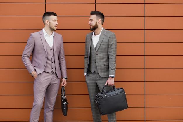 Twee jonge moderne zakenman, wandelen in de stad, zaken, werk concept