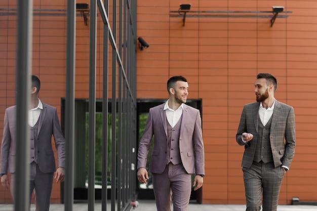 Twee jonge moderne zakenman wandelen in de stad