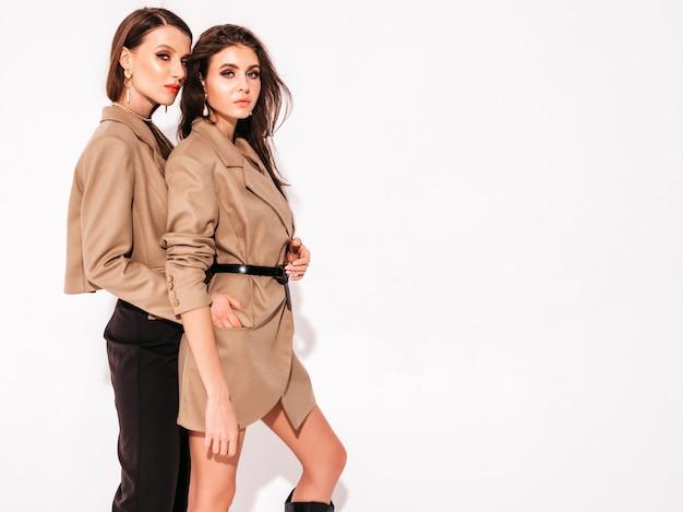 Twee jonge mooie brunette meisjes in mooie trendy zomer pak kleding