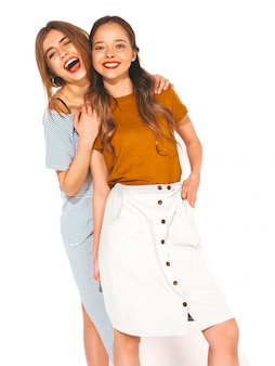 Twee jonge mooie glimlachende meisjes in trendy zomer casual kleding. sexy zorgeloze vrouwen. positieve modellen