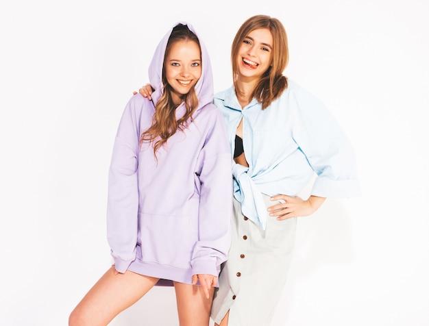 Twee jonge mooie glimlachende meisjes in trendy zomerkleren. sexy zorgeloze vrouwen. positieve modellen