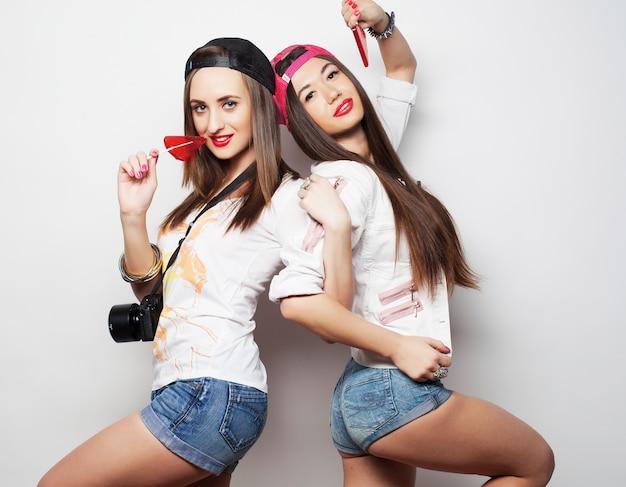 Twee jonge mooie hipstermeisjes