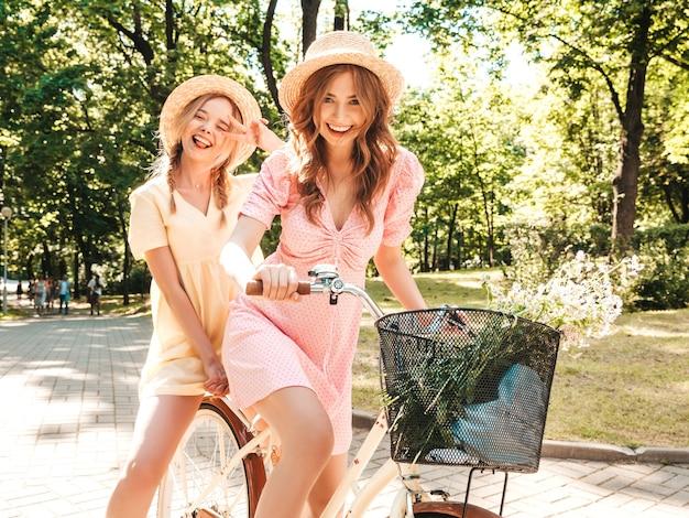 Twee jonge mooie lachende hipster vrouw in trendy zomerjurk