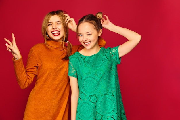 Twee jonge mooie vrouwen die zich in trendy kleding stellen