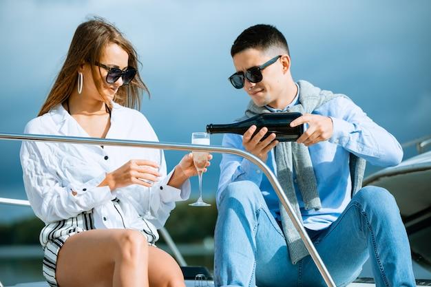 Twee jonge toeristen plezier op boottocht in de zomer