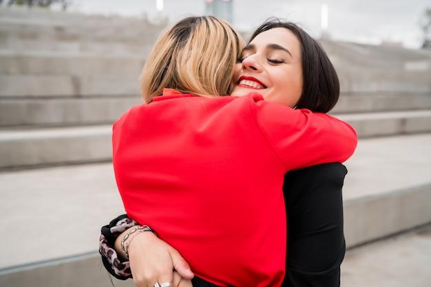 Twee jonge vrienden elkaar knuffelen