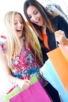 Twee jonge vrienden winkelen samen