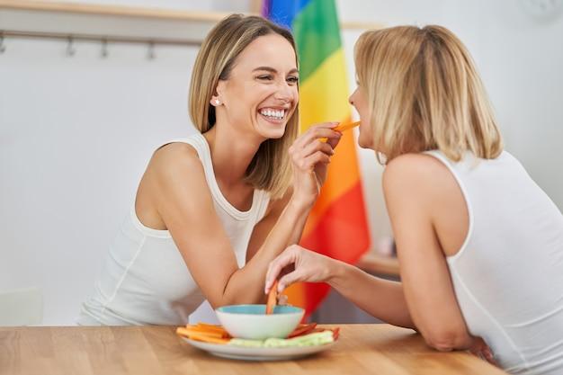 Twee jonge vriendinnen die gezond eten