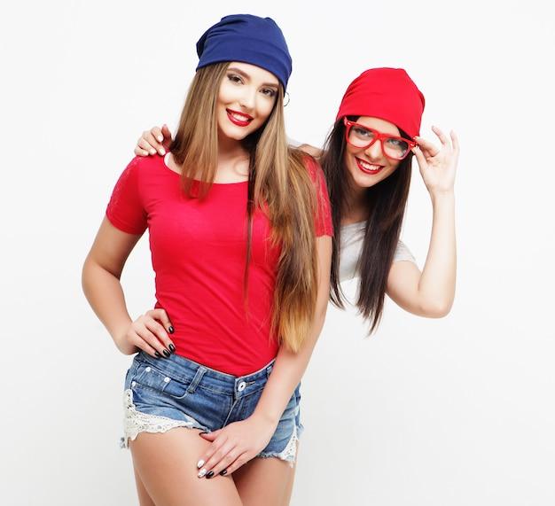 Twee jonge vriendinnen die zich verenigen en pret hebben.