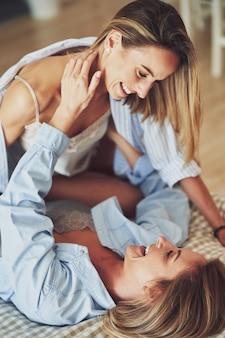 Twee jonge vriendinnen op het bed. hoge kwaliteit foto