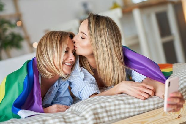 Twee jonge vriendinnen op het bed selfie te nemen. hoge kwaliteit foto