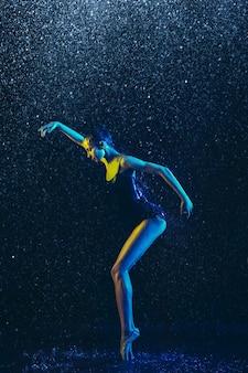 Twee jonge vrouwelijke balletdansers onder waterdruppels