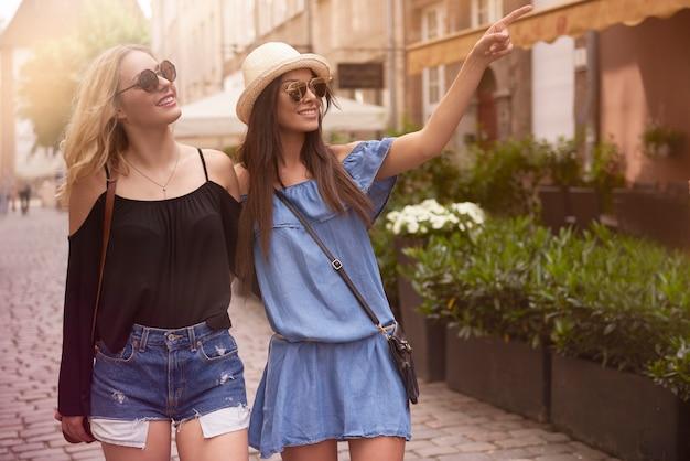 Twee jonge vrouwen bezoeken nieuwe plaatsen